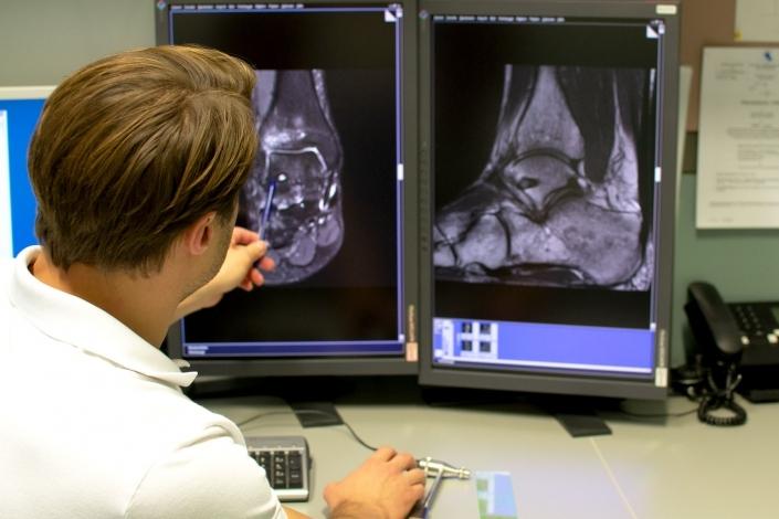 Dr. Florian Wenzel-Schwarz zeigt in seiner Ordination Ortho am See in Neusiedl am See das Röntgenbild einer Verletzung des Sprunggelenk am Bildschirm