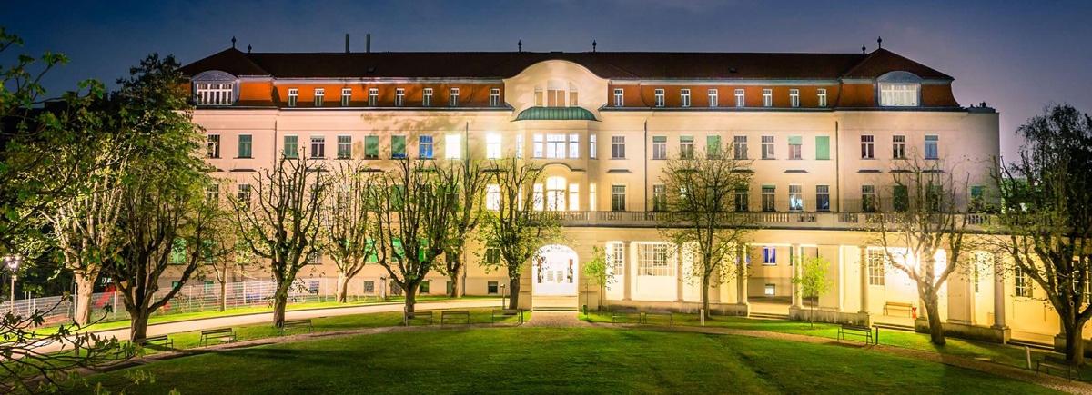 Orthopädisches Spital Speising bei Nacht