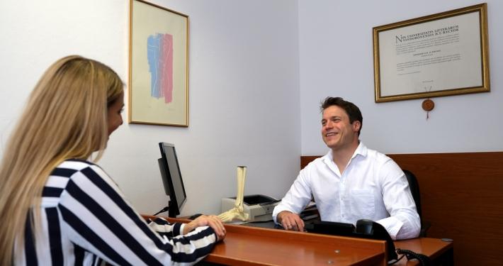 Dr. Florian Wenzel-Schwarz im Gespräch mit einer Patientin