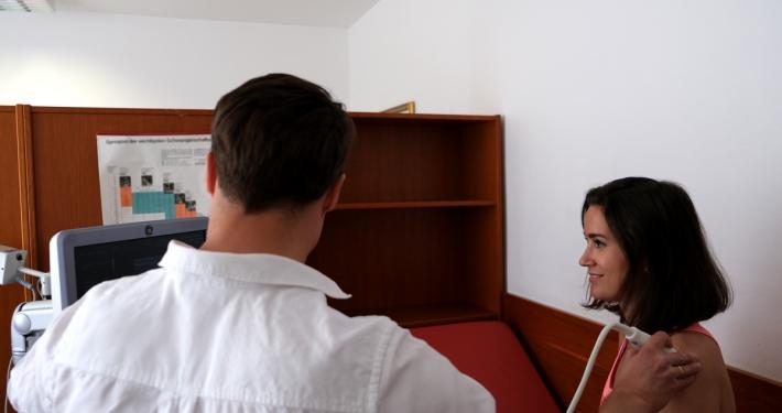 Dr. Florian Wenzel-Schwarz führt eine Untersuchung des Schultergelenks durch