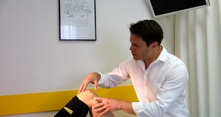 Dr. Florian Wenzel-Schwarz führt eine Knieuntersuchung durch